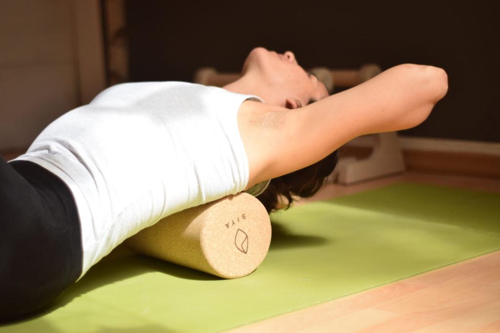 SIYA Yoga Faszienrolle aus Kork - plastikfreie Selbstmassage am Rücken mit der Yogarolle